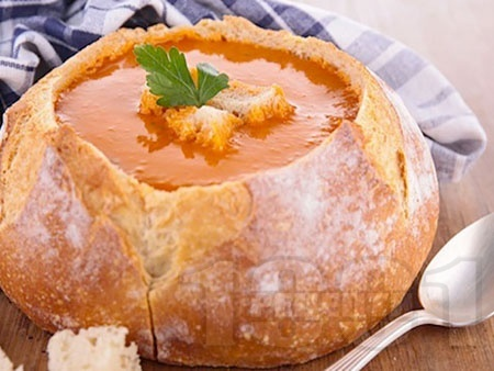 Пилешка супа с бекон, лук, чушки, царевица, моркови и ориз в хлебче - снимка на рецептата